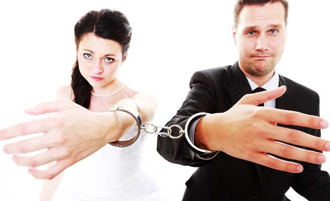 手錠で従うカップル
