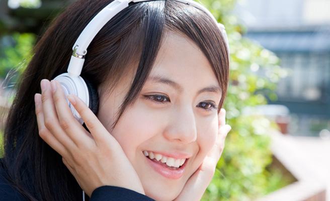 幸せな恋愛ソングを聴く女性