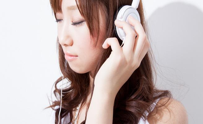 片想い恋愛ソングを聴く女性