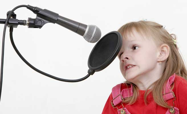 カラオケで恋愛ソングを歌う女性
