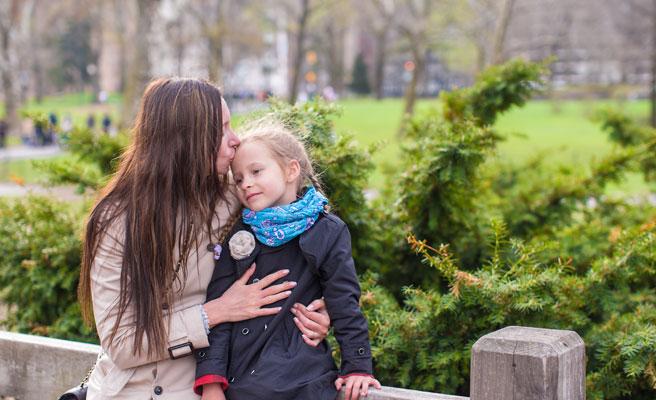 子どもを世話する母親