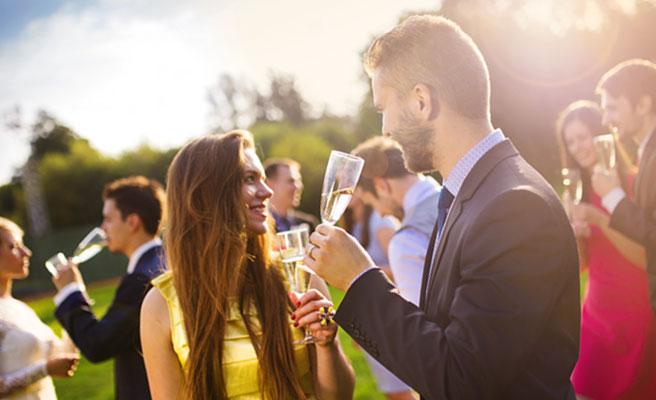 婚活パーティに参加するカップル