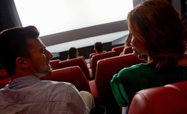 映画館のカップル