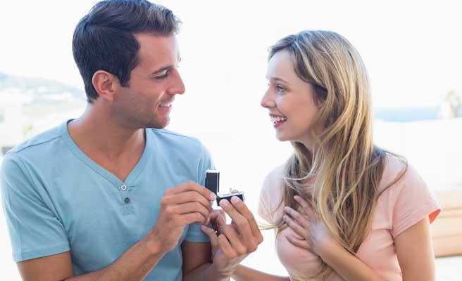 自宅でプロポーズするカップル