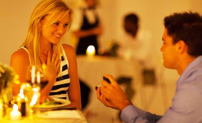 高級レストランでプロポーズするカップル