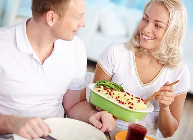 彼氏の誕生日にサプライズ手作り料理を振る舞う彼女