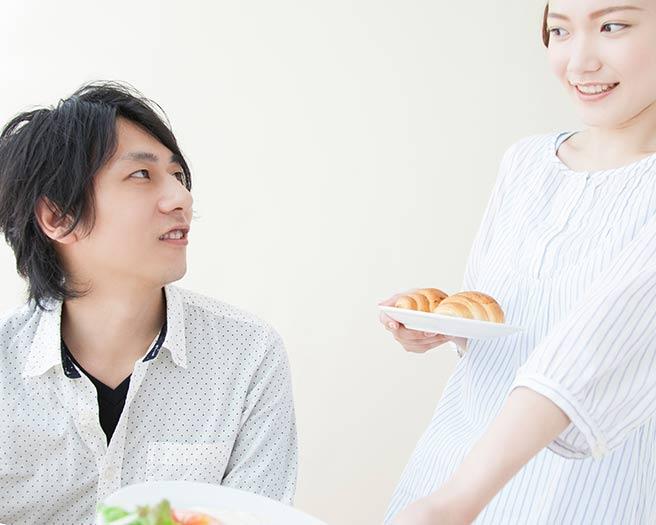 朝ごはんを一緒に食べる大学生カップル