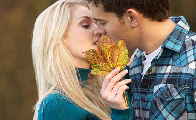 公園でキスを枯葉で隠す女性