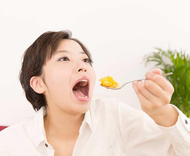 食後にお腹が鳴りやすい早食いの女性