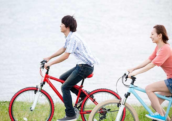 自転車デートで新鮮さを維持するカップル