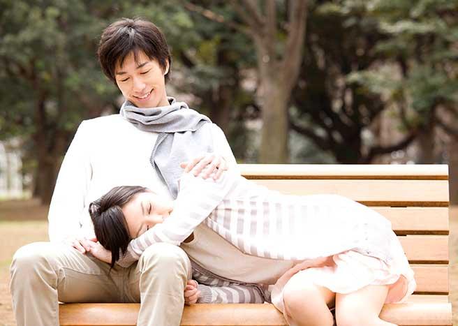 彼氏に膝枕してもらう彼女