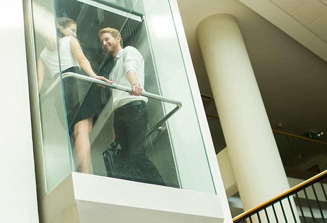 エレベーターキスのスリルを楽しむ社内恋愛カップル
