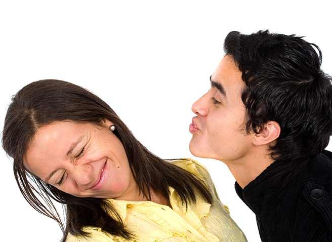 エレベーターでキスしたい男と拒否する女