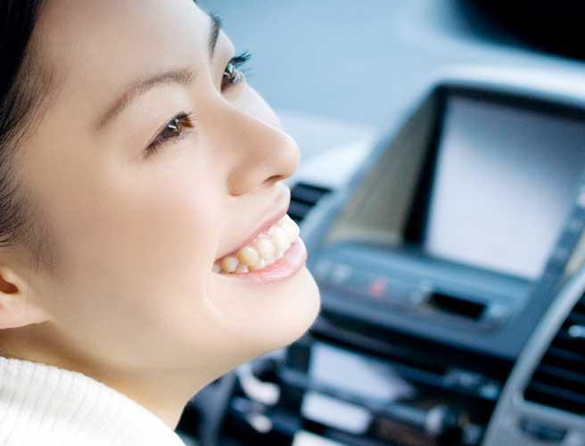 車内から微笑む女性
