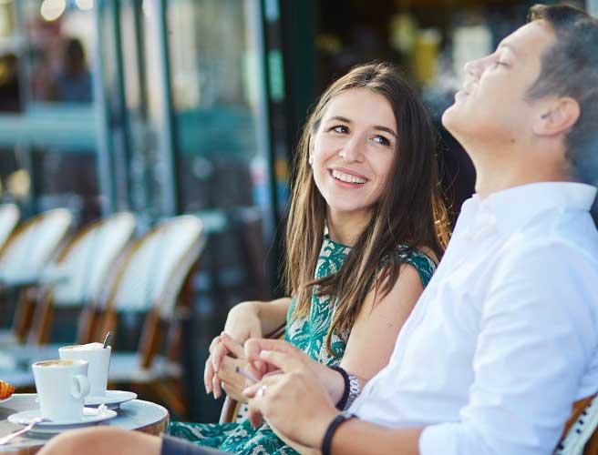 カフェで会う男女