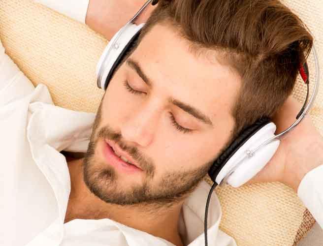 ヘッドホンで音楽を聴く男性