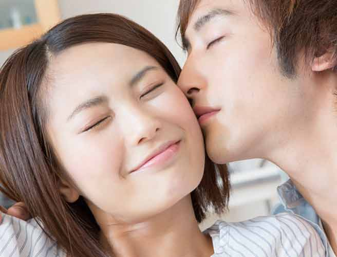 彼氏に頬にキスされる彼女