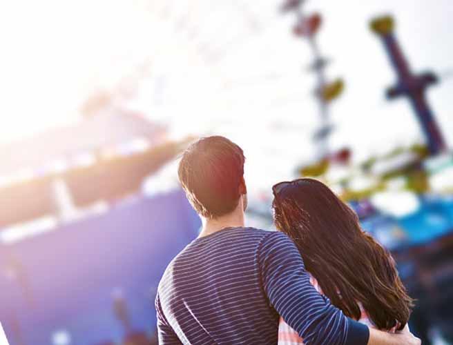 観覧車を見上げるカップル