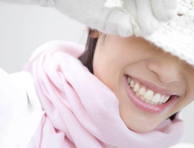深めに帽子を被った色白の女性