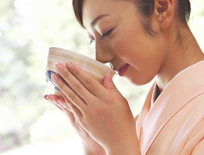 お茶を飲む和服の女性