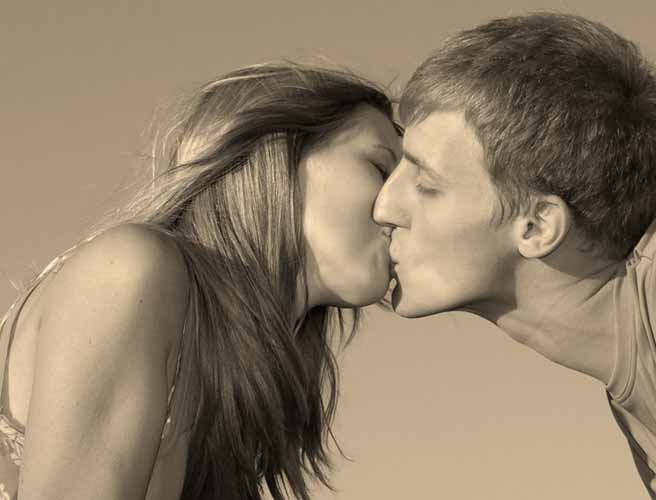 彼氏とキスする女性
