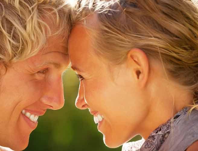 額を合わせて見つめ合うカップル