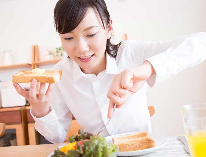 朝食をとる女性