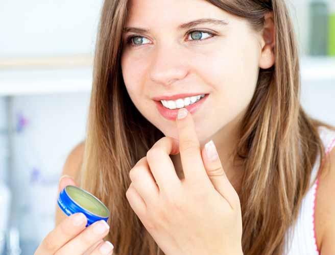 ワセリンを唇に塗る女性