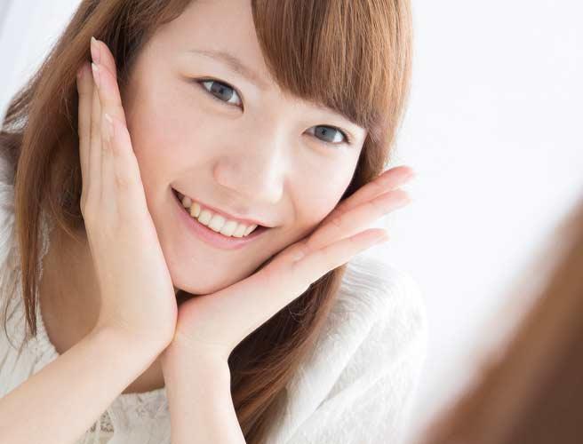 鏡で肌コンデションを確認する女性