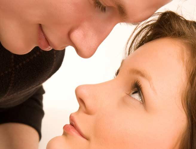 顔を近づけて見つめ合うカップル