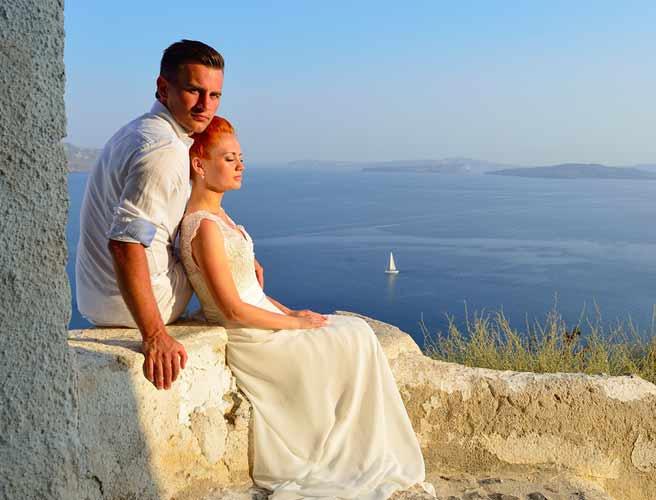 晴れた海を臨む丘で語らうヨーロッパのカップル