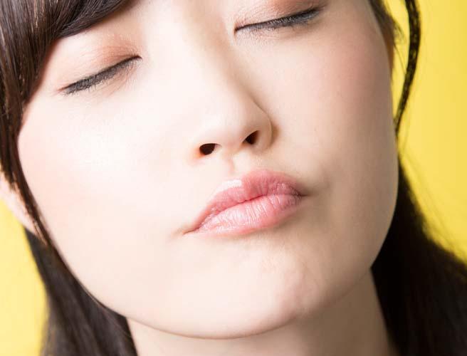 唇を「す」の発声のときの形に