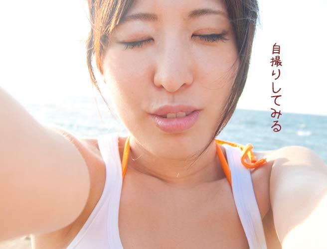 自分のキス顔を自撮りする女性