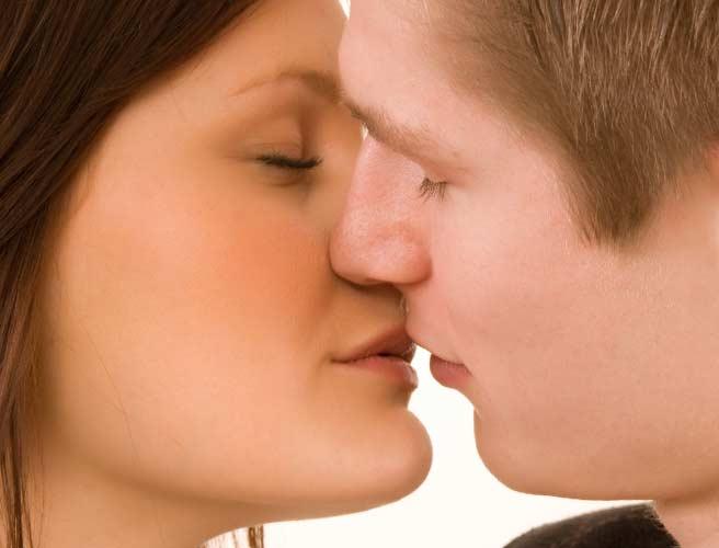 キスする恋人達
