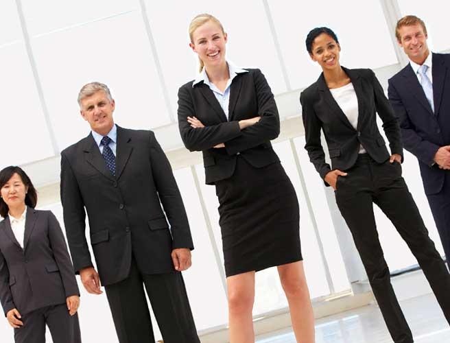 職場の仲間を率いる女性