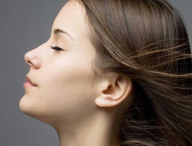 目を閉じた女性横顔