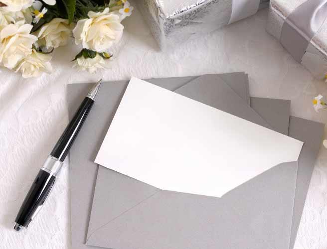 白紙の招待状とペン