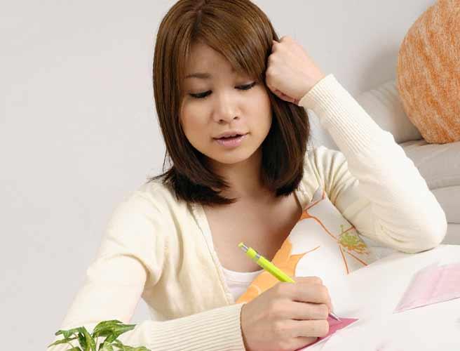 便箋に手書きする女性
