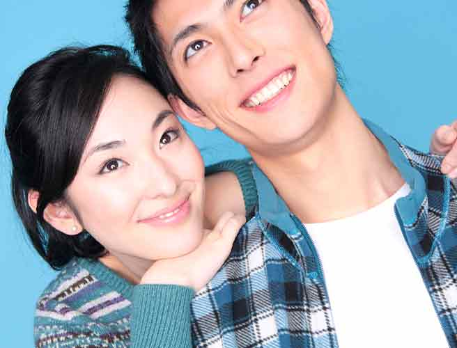 彼氏の肩に顎を乗せて微笑む女性