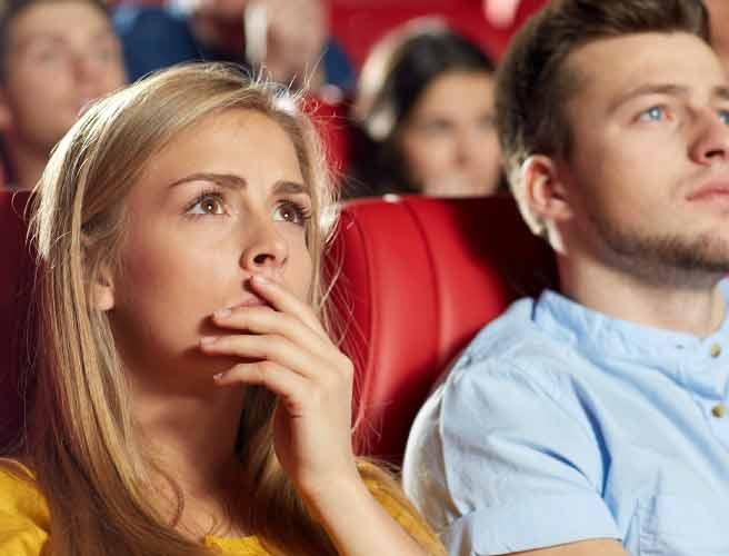 映画鑑賞するカップル