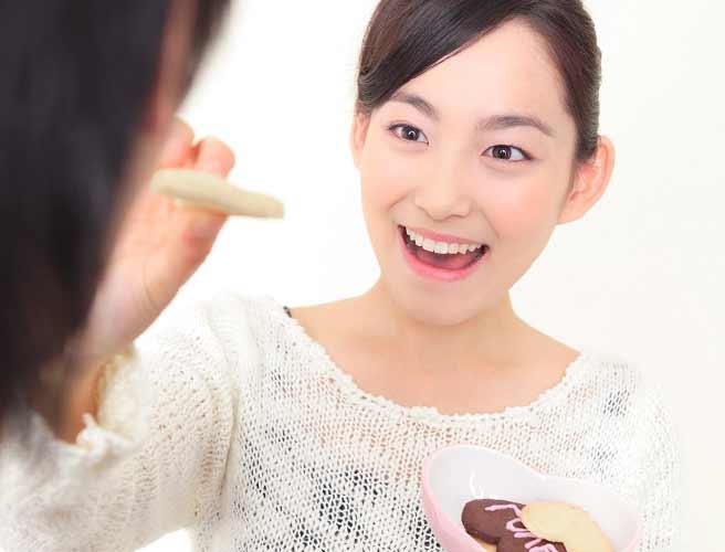 手作りクッキーを彼氏に食べさせる女性