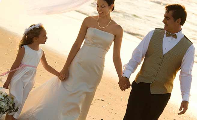 花嫁と子供と新郎が手を繋いで歩いている