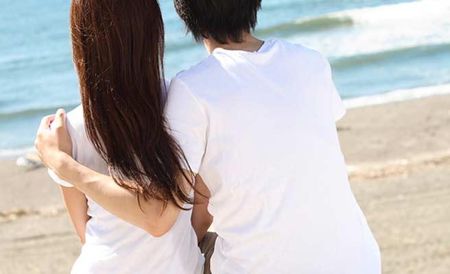 海を見つめるカップル