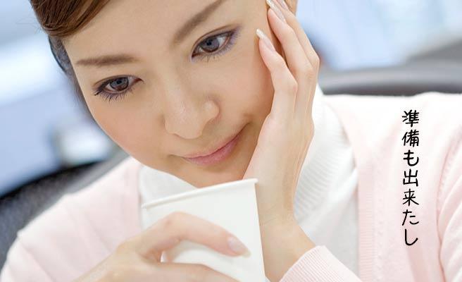 職場で休み時間に考える女性