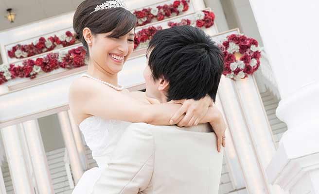 結婚式で新婦を抱き上げる新郎