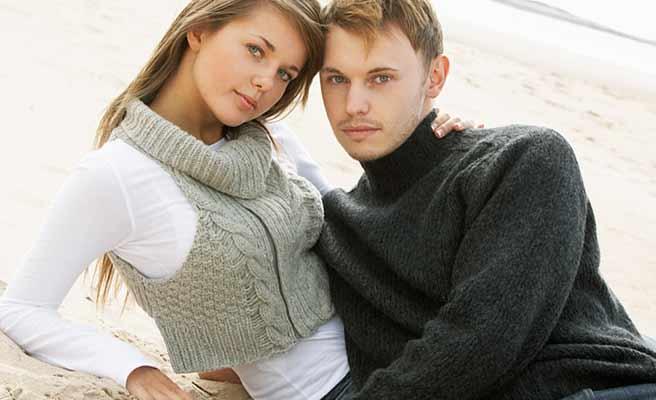 砂浜で寄り添う恋人達