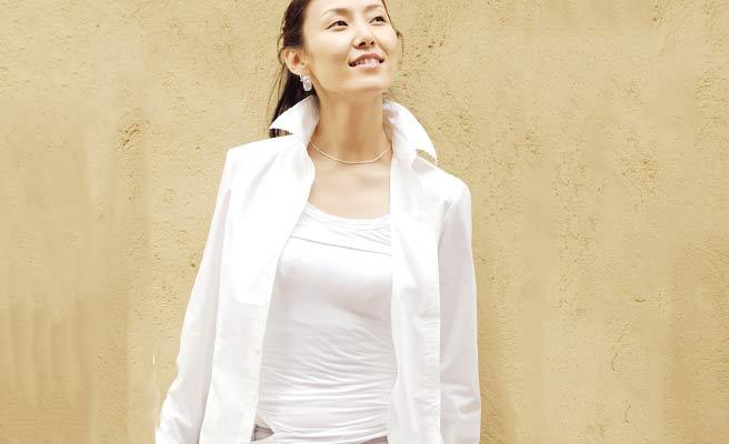 白シャツの女性