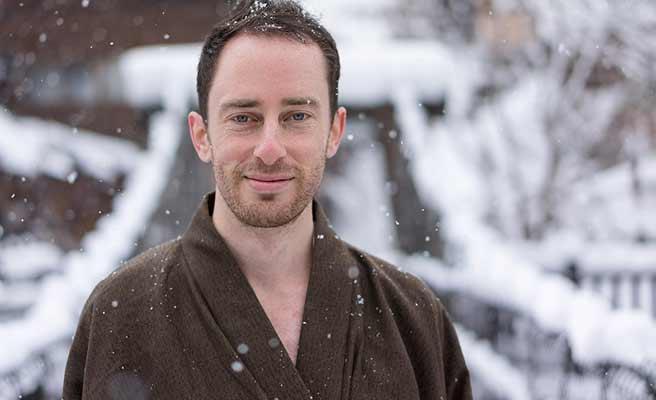 浴衣を着て雪の中に立つ男性
