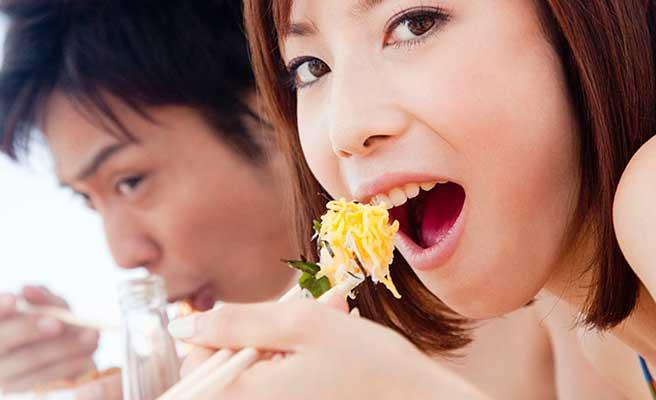 彼氏と一緒に食事をとる女性
