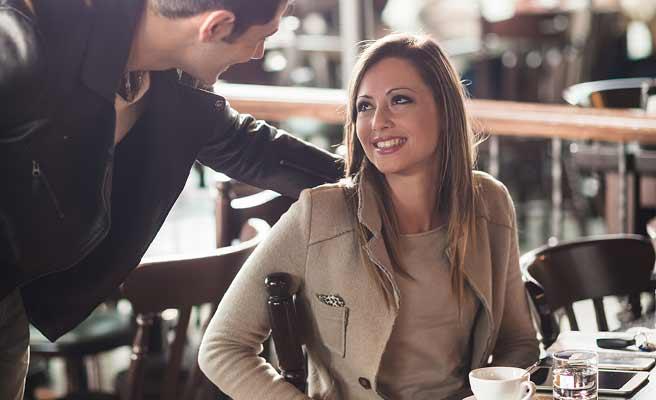 カフェで女性に挨拶する男性